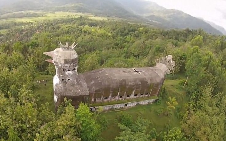 VIDEO: Hidden in the Indonesian jungle, is the church :  Giant chicken.